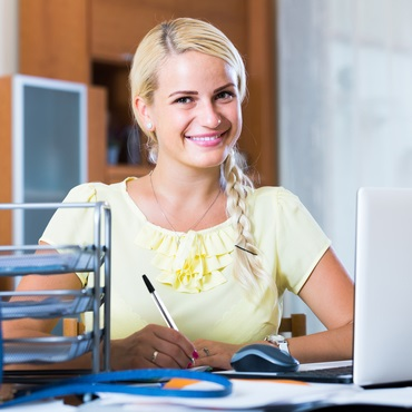 Eva, office managerka